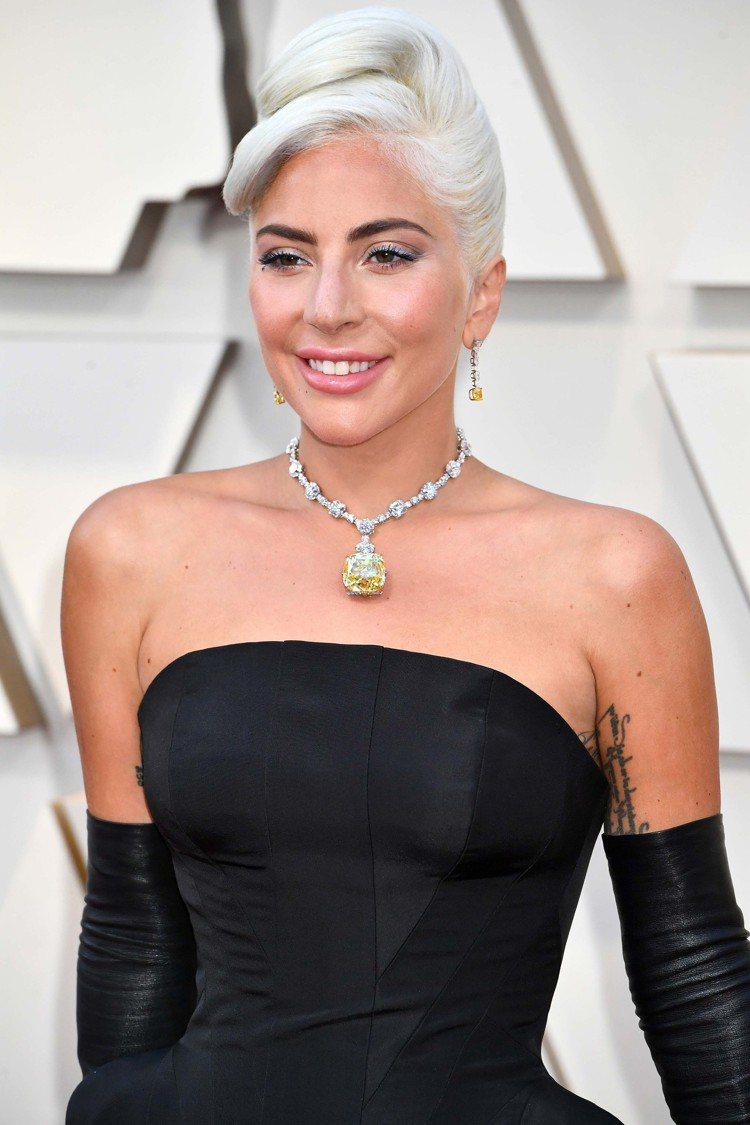 好萊塢女星Lady Gaga配戴Tiffany Diamond傳奇黃鑽項鍊。圖/...