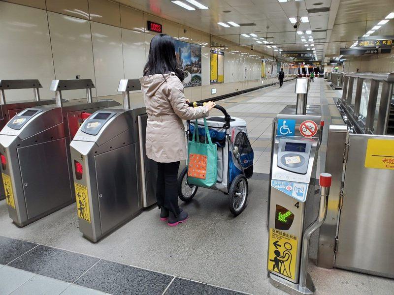 民眾反映大型寵物車僅能於假日搭乘捷運紅線,盼開放其他捷運路線及搭乘時間。圖/北捷提供