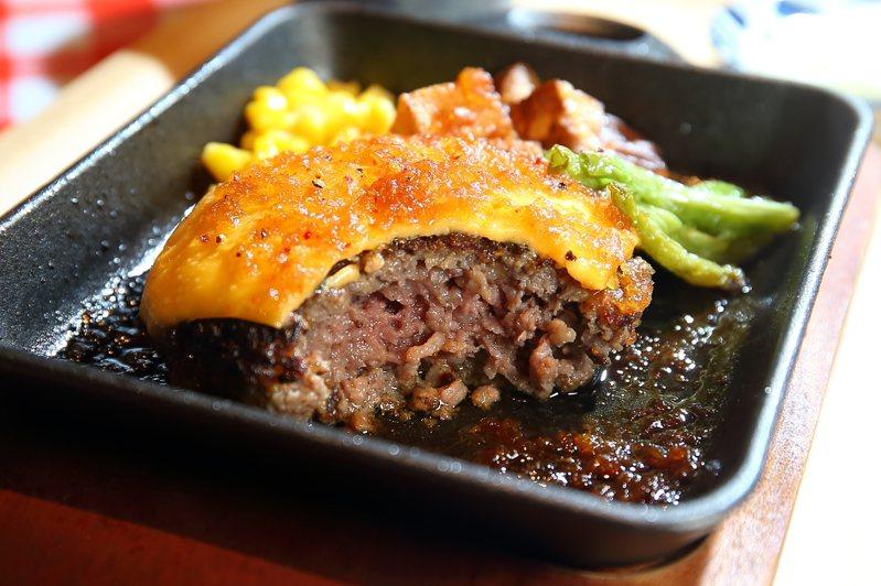 使用100%和牛製作而成的漢堡排,肉汁充沛。記者陳睿中/攝影