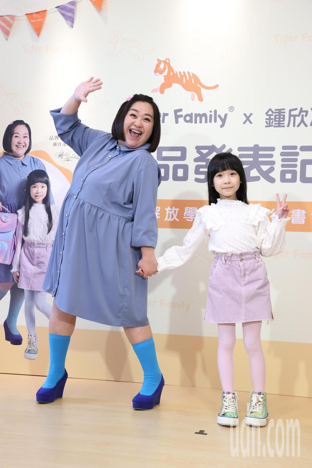 鍾欣凌(左)與女兒兔寶一起接代言。記者葉信菉/攝影