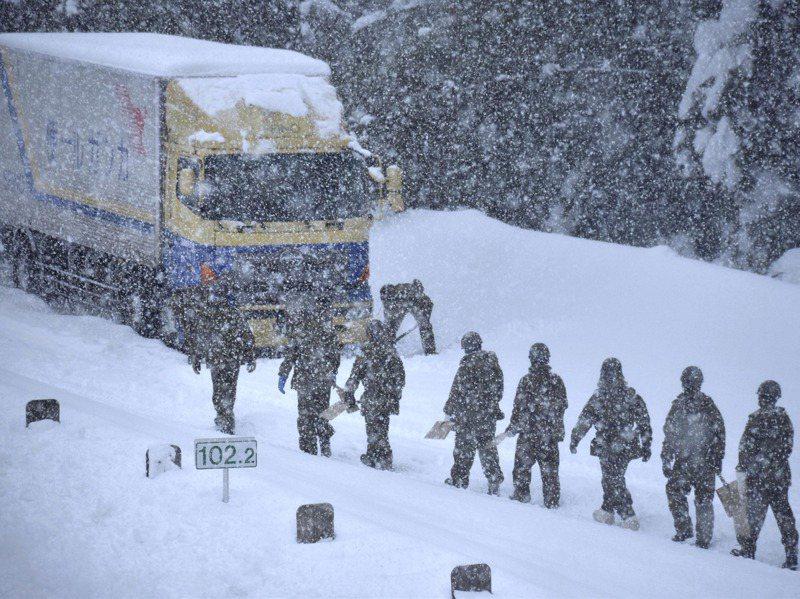 自衛隊前來福井縣救援因大雪困住在車輛。美聯社