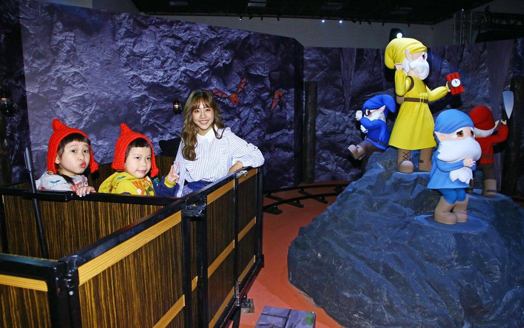 唱作歌手蔡佩軒(右)與胖球、斯拉參觀「白雪公主與七矮人」展覽,體驗「矮人採礦車」...
