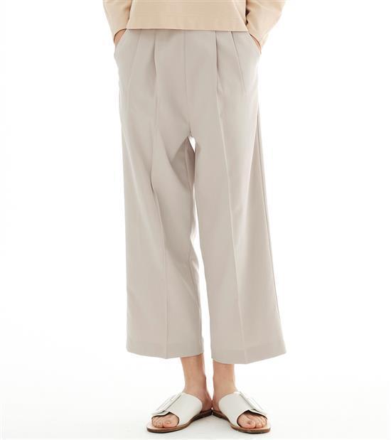 plain-me女款西裝料壓褶九分褲1,680元。圖/plain-me提供