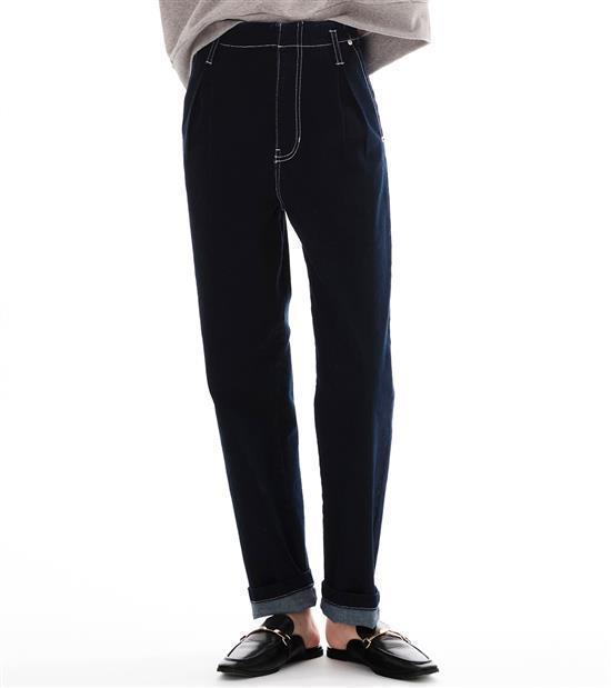 plain-me女款彈性打摺牛仔褲1,880元。圖/plain-me提供