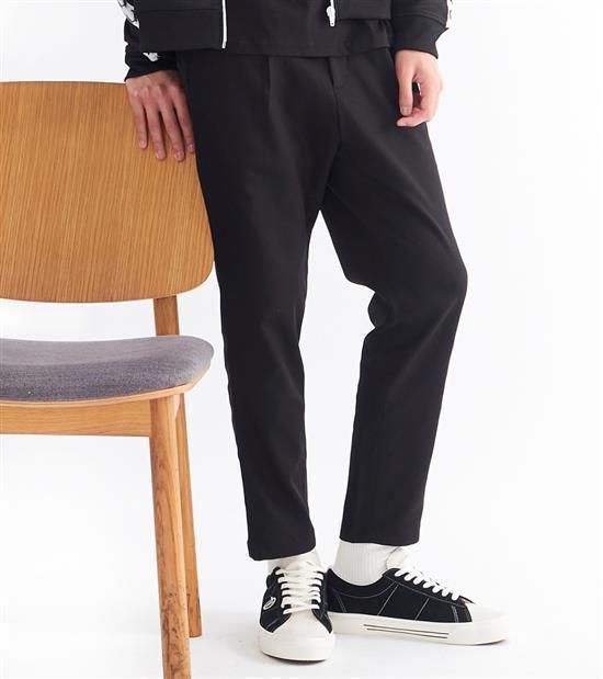 plain-me男款吸濕排汗打褶長褲1,480元。圖/plain-me提供