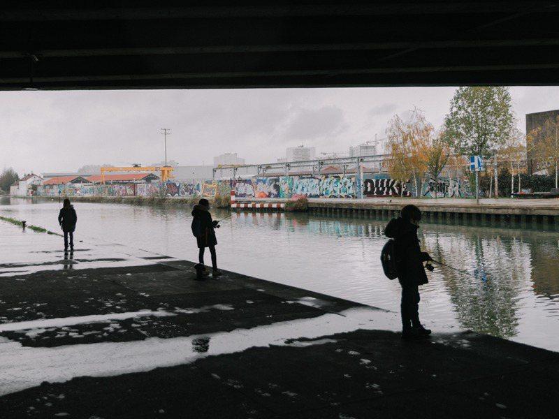 巴黎塞納河畔的垂釣文化已在轉變中,年輕而多元的世代現身當地,且有一套新規矩新習慣。圖/取自紐約時報