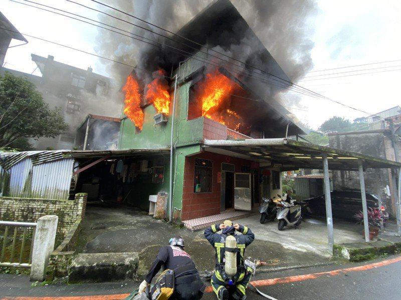 基隆市林姓男子用延長線接用2台除濕機,造成電線走火,住家陷入火海。記者邱瑞杰/翻攝
