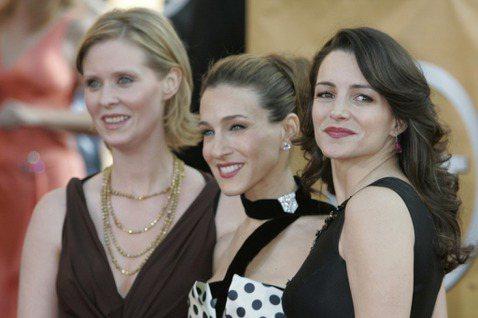 HBO Max重啟「慾望城市」,請回莎拉潔西卡派克、克莉絲汀戴維斯、辛西亞尼克森再度扮演凱莉、夏綠蒂與米蘭達,3人還兼任監製,因此據傳每人每集片酬都高達百萬美元以上,10集演下來各自可望進帳破千萬美...