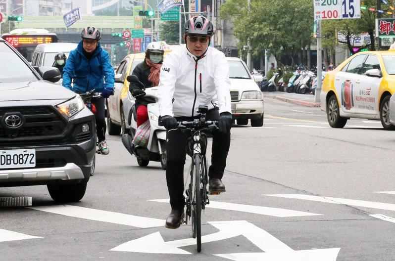 國民黨主席江啟臣(右)昨和國民黨革實院長羅智強(左),一起從國民黨中央黨部騎單車到立院拚「反萊豬公投」連署。記者胡經周/攝影