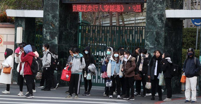 教育部去年八月修訂規定,天氣寒冷學校應開放學生在校服內、外都可加穿保暖衣物,但各校規定仍不一樣。記者曾吉松/攝影