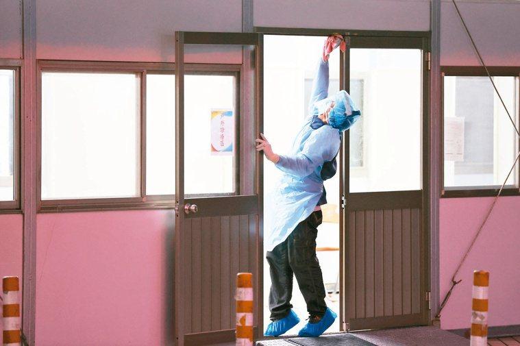 隔離病房內內外外,新冠肺炎皆可污染。報系資料照