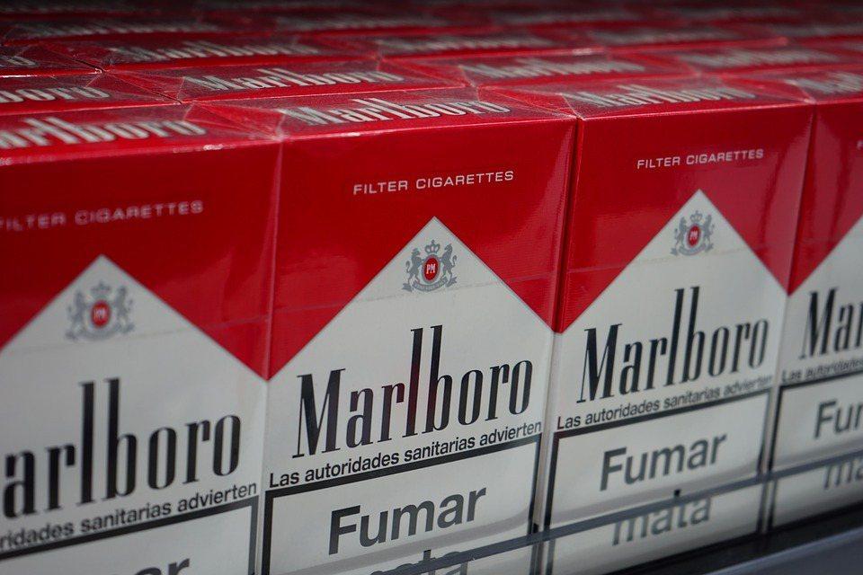 為遏止入境旅客違規攜帶超量捲菸,決定將現行捲菸罰鍰從每條 500 元提高到 10...
