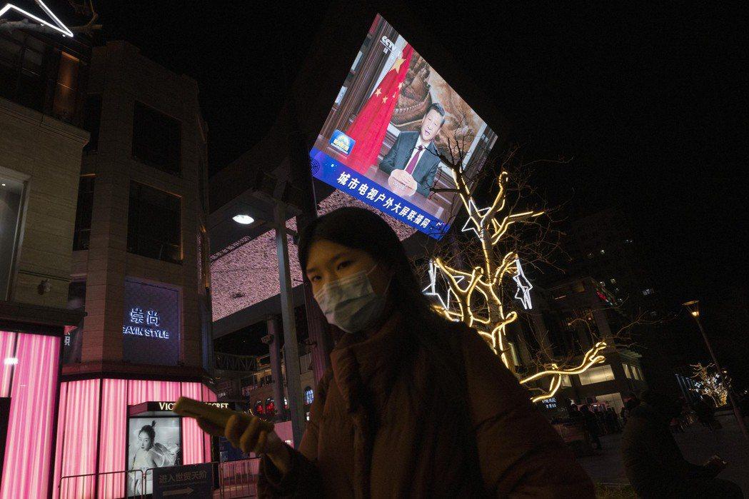 中共持續在國內外積極宣傳中國市場規模、經濟韌性以及與所謂制度優勢,但是系統性風暴已經蠢然欲動。 圖/美聯社