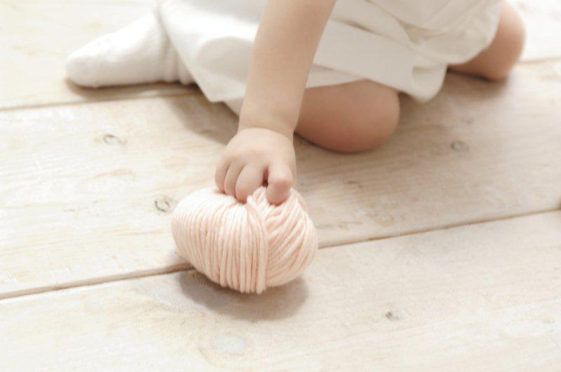 原PO表示,自己6個月大的女兒常被大家輪流抱,但對叔叔用檳榔口水塗女兒臉,相當訝異又氣憤。圖片來源/ingimage