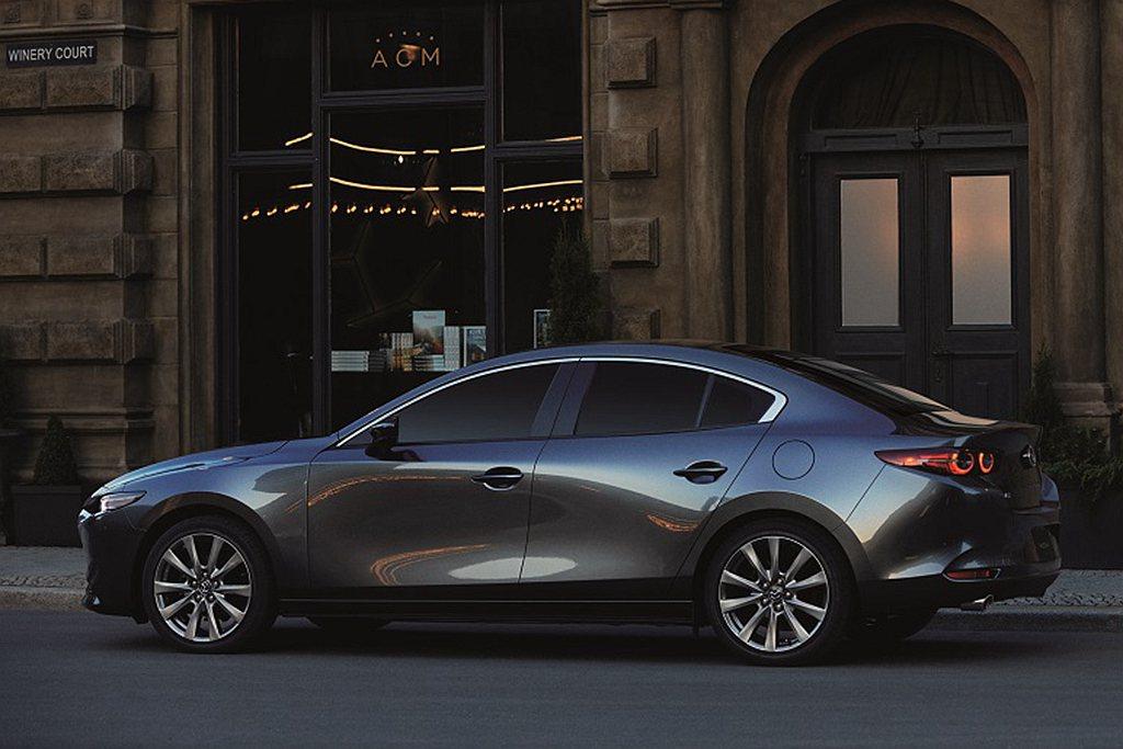 2021年式Mazda3四門車型正式售價自新台幣79.9萬起,五門車型為新台幣8...