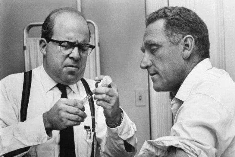 美國小說家約翰.格里芬在1959年將皮膚染黑「化身」為黑人,並將其經歷寫成著作《像我一樣黑》。該書曾於1964年改編為電影,圖為電影劇照。 圖/IMDb