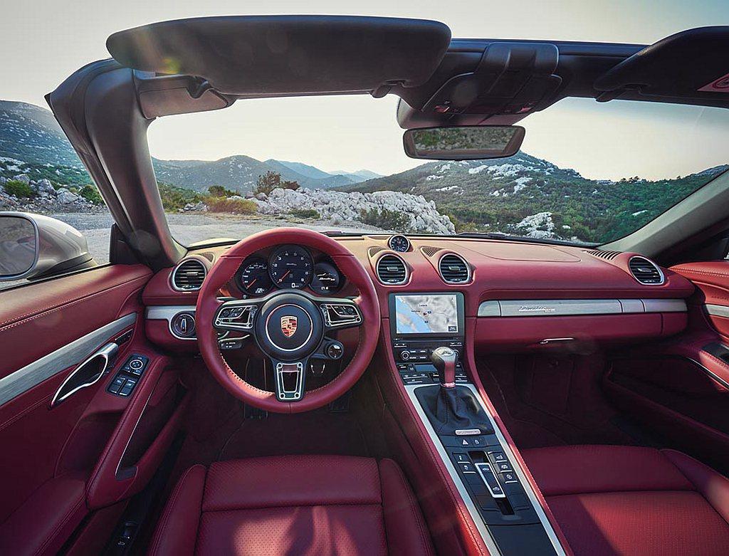 保時捷Boxster 25週年限定紀念款特別選用酒紅色柔感真皮內裝搭配電動軟篷車...