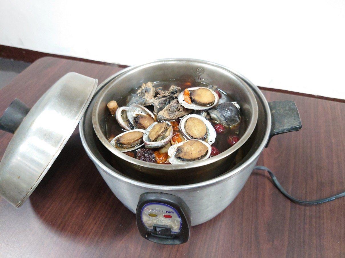 貢寮鮑只要用電鍋就可處理,輕鬆又方便,是冬季在家最佳的補品之一。 圖/新北市漁業...