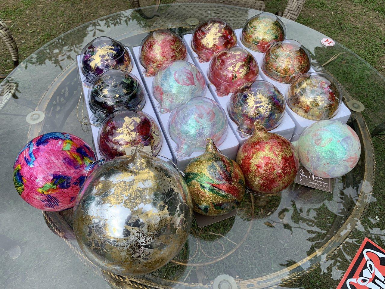 謝文增現在唯一還有外銷的玻璃產品是聖誕吊飾。 圖/陳斯穎 攝影
