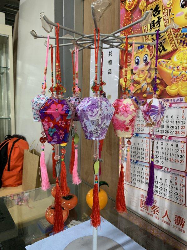 在九份或其他觀光區看到的玻璃天燈飾品都是謝文增研發的,靈感來自於2013年新竹天...