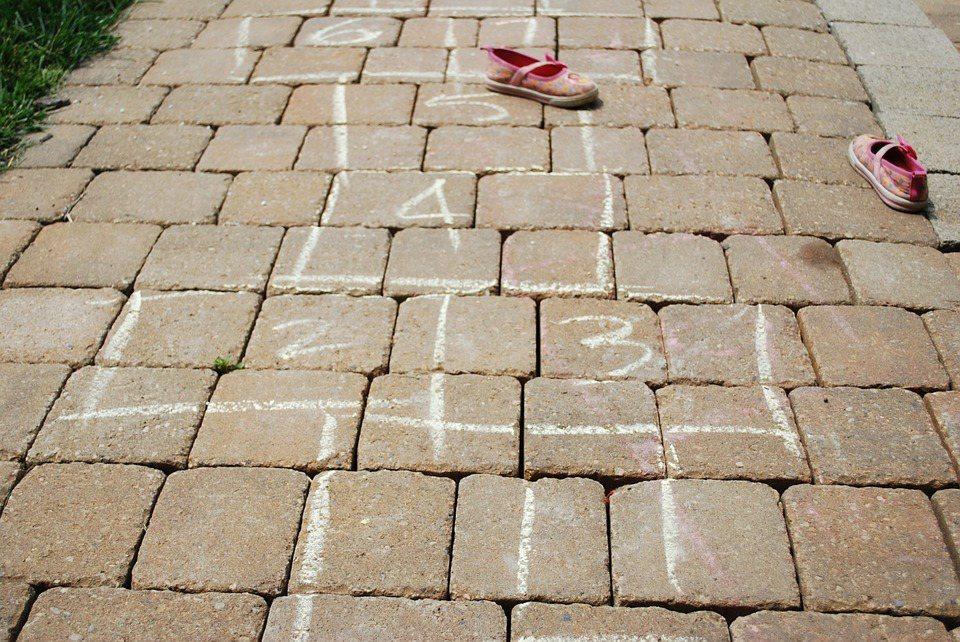 「在地上畫格子然後跳格子」是66歲的郭碧如大姊對小時候遊戲的記憶。 圖/pixa...