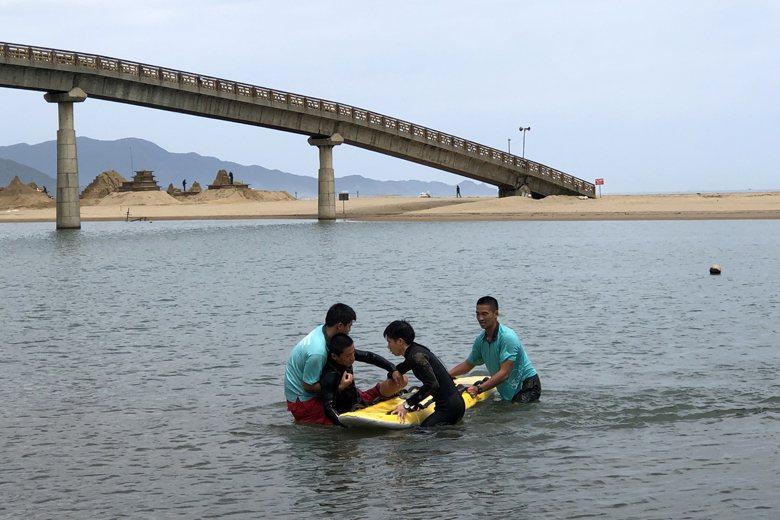 多數救生員執行溺水救援任務最常使用的器材為「魚雷浮標」或「救援板」。 圖/作者提供