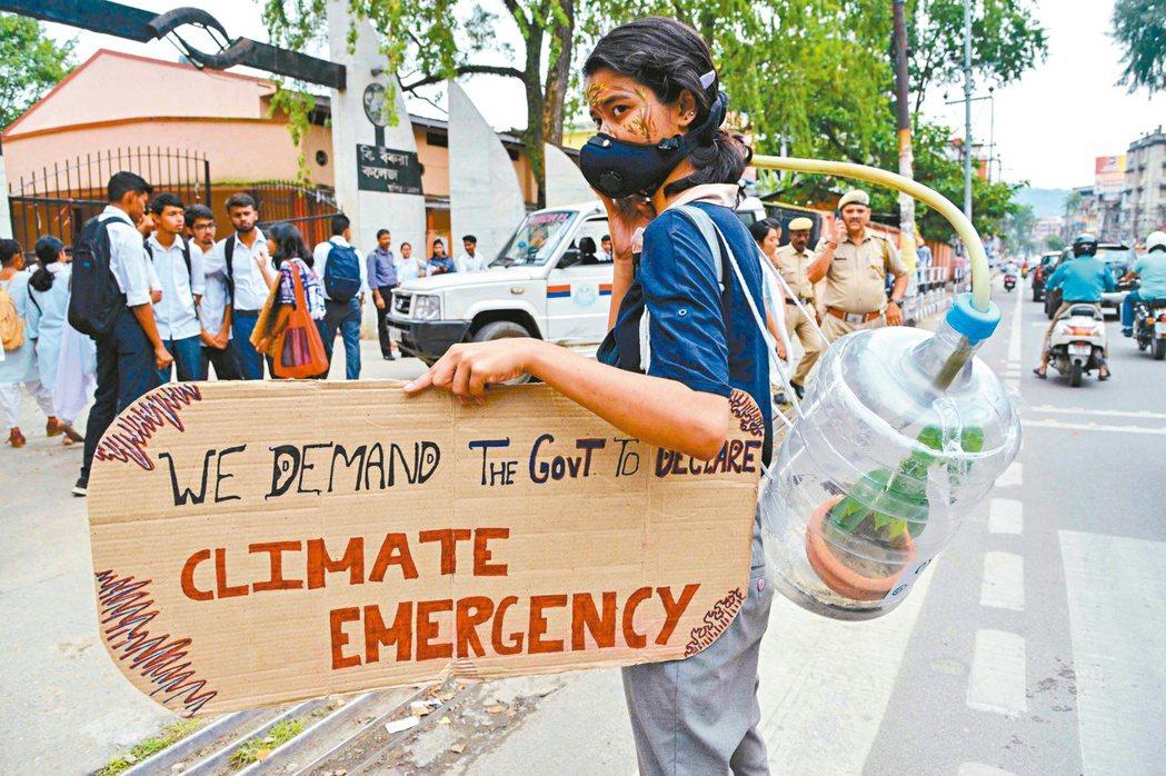 印度青年自製看板上街頭,要求政府正視氣候變遷問題。 法新社