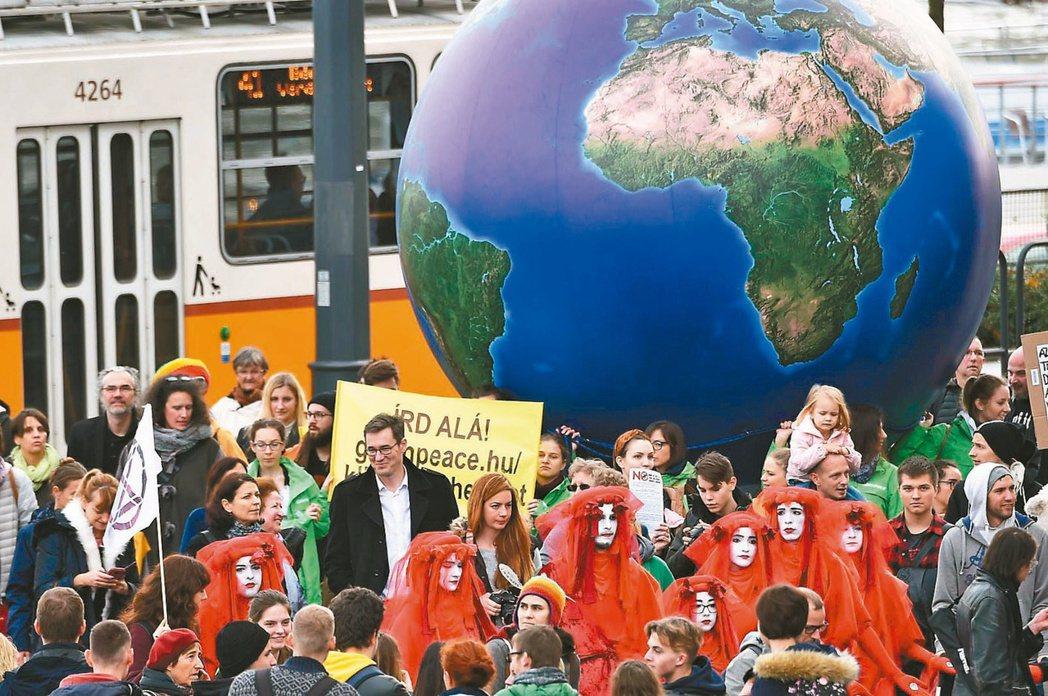 2019年底,群眾在匈牙利首都布達佩斯遊行,提醒世人注意氣候變遷。 法新社