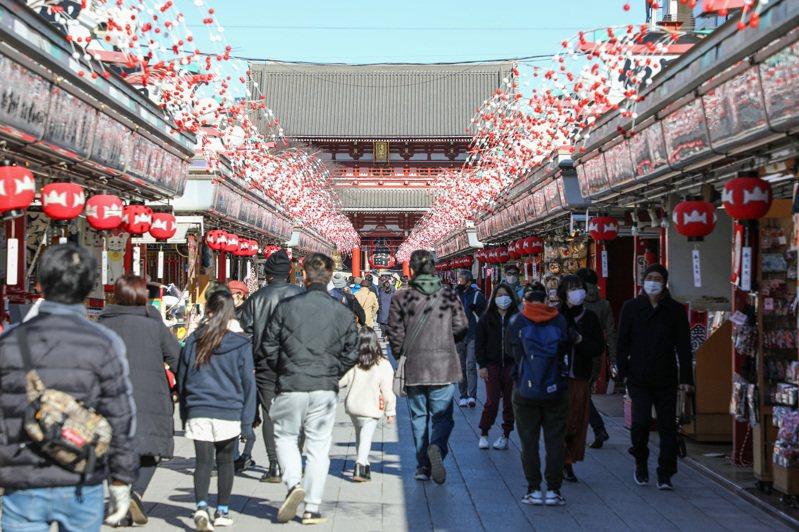 由於日本疫情持續惡化,加上英國與南非變種病毒有在全球擴大傳播的趨勢,日本政府13日宣布,將全面禁止外國旅客入境,原本包括台灣在內,商務客可豁免的11個國家,如今也禁止入境。 新華社