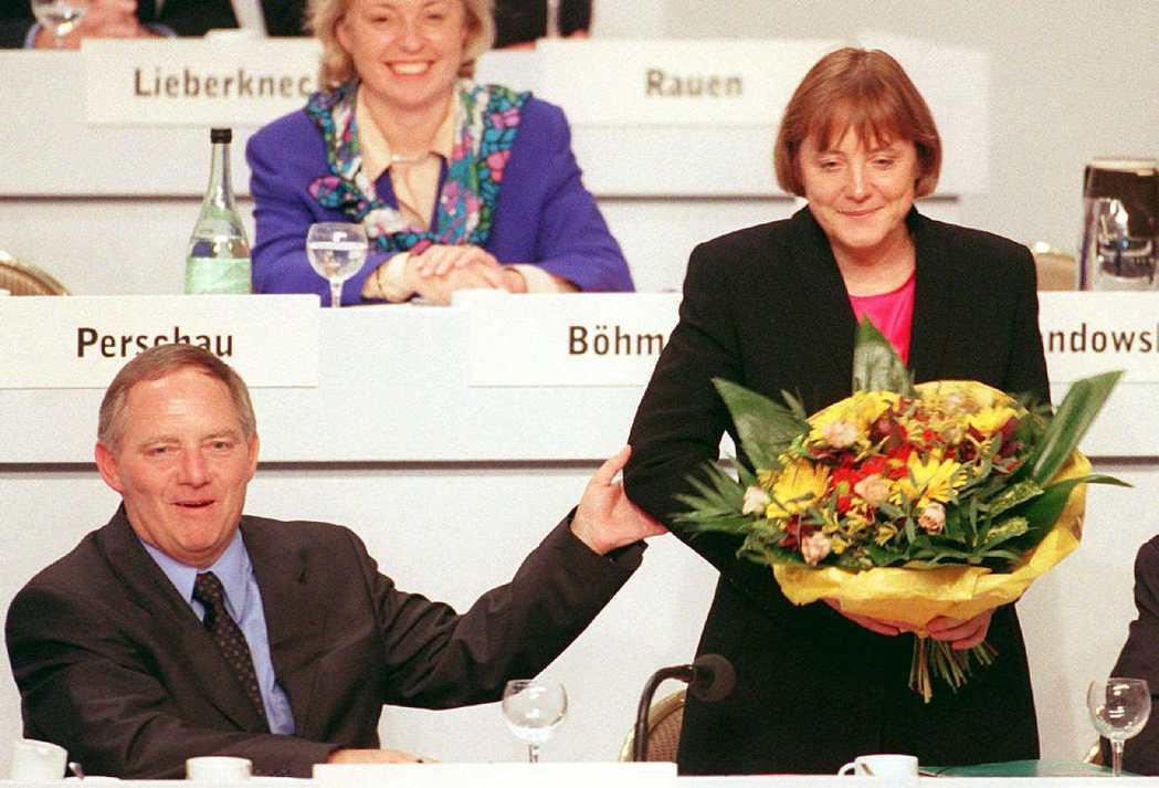 1998年,CDU主席沃夫岡·蕭伯樂(Wolfgang Schäuble)恭喜梅...