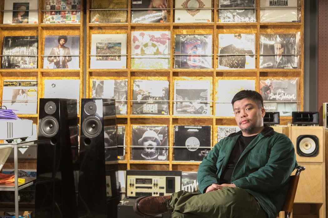 迪拉大學就開始吸收各方音樂流派,公司內也可見到許多唱片收藏。陳立凱/攝影