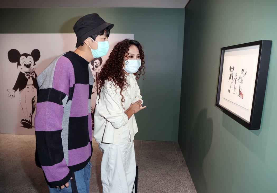 許書豪、呂薔看「I LOVE BANKSY特展」紓壓。記者曾吉松/攝影