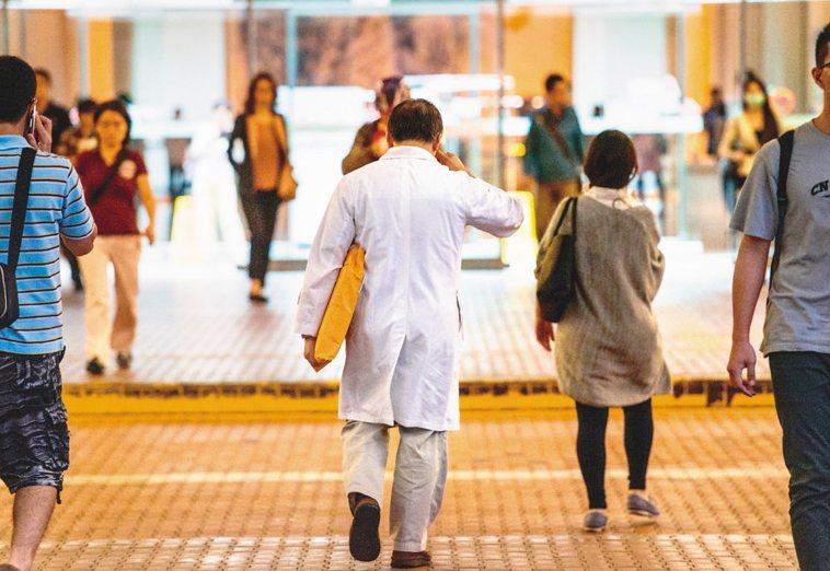 去年台灣受到新冠肺炎嚴重衝擊,各層級醫院上緊發條全力防疫,恰好碰上年度醫院評鑑,...