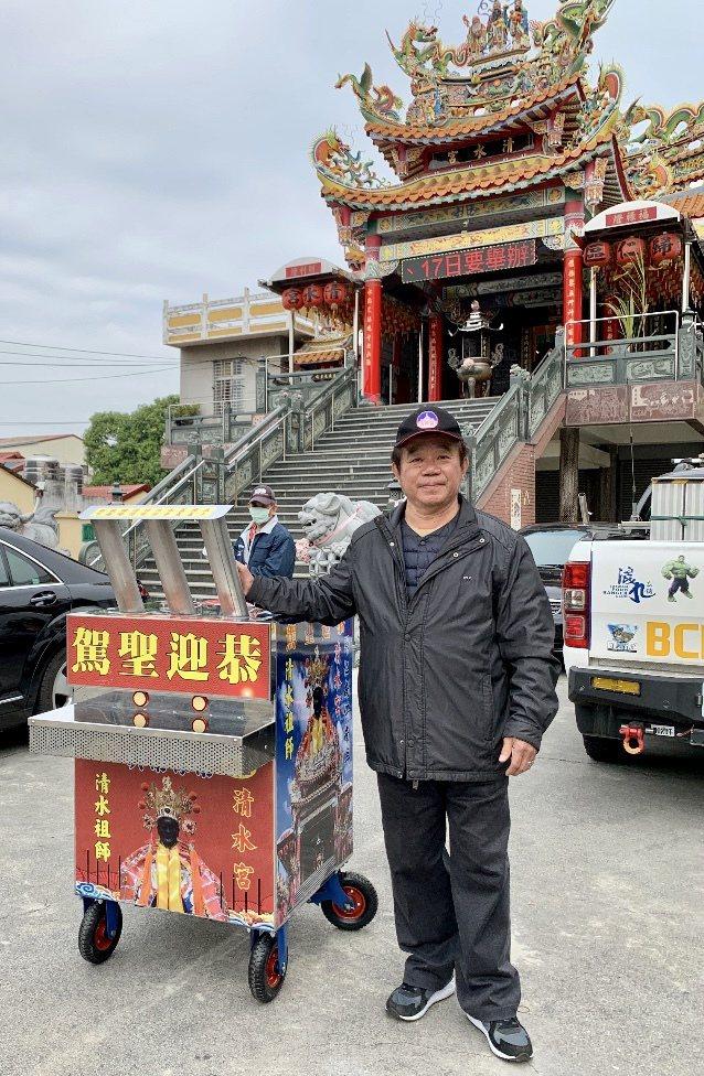 玄燕電子國際有限公司董事長許進勝代理「環保鞭炮機」。 玄燕電子/提供