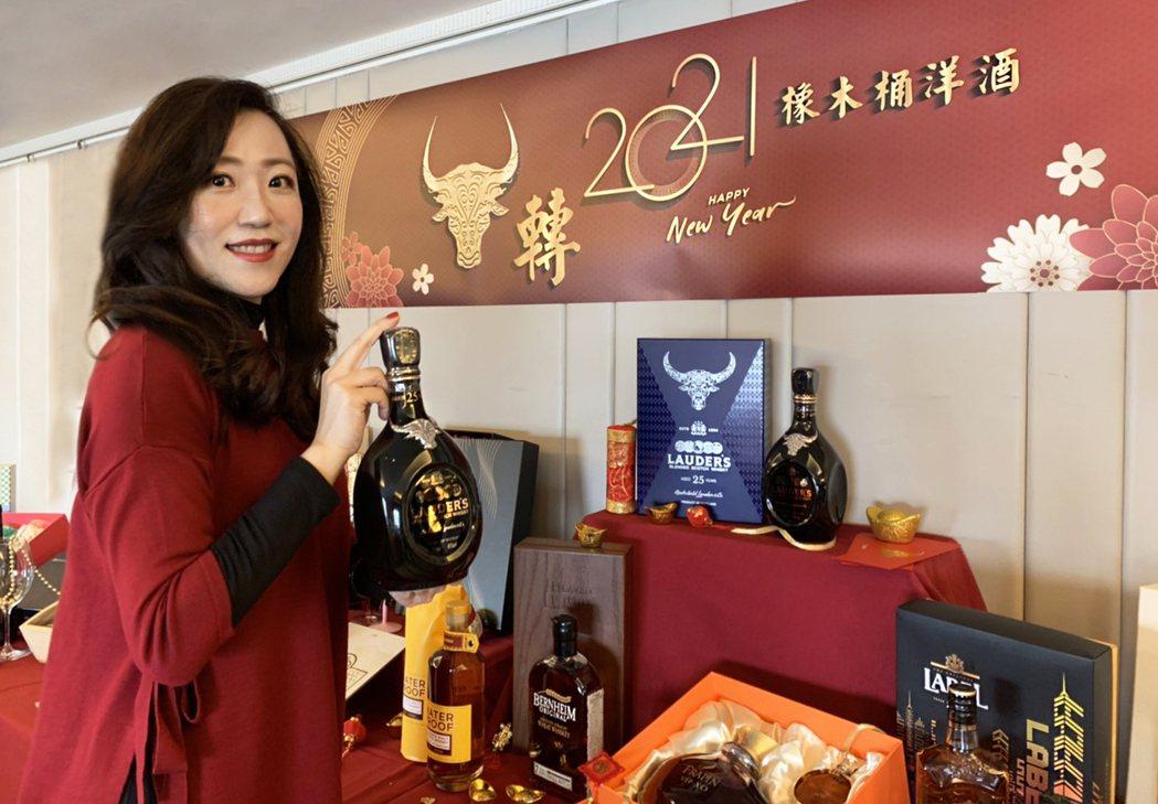 橡木桶洋酒總經理袁德珮說,大魚大肉的年節更是少不了葡萄酒的搭配,新世界的葡萄酒平...