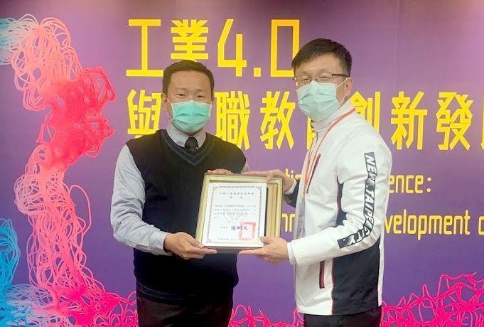 南臺科大老師施金波(右)受到學校推薦而獲金鐸獎。 南臺科大/提供