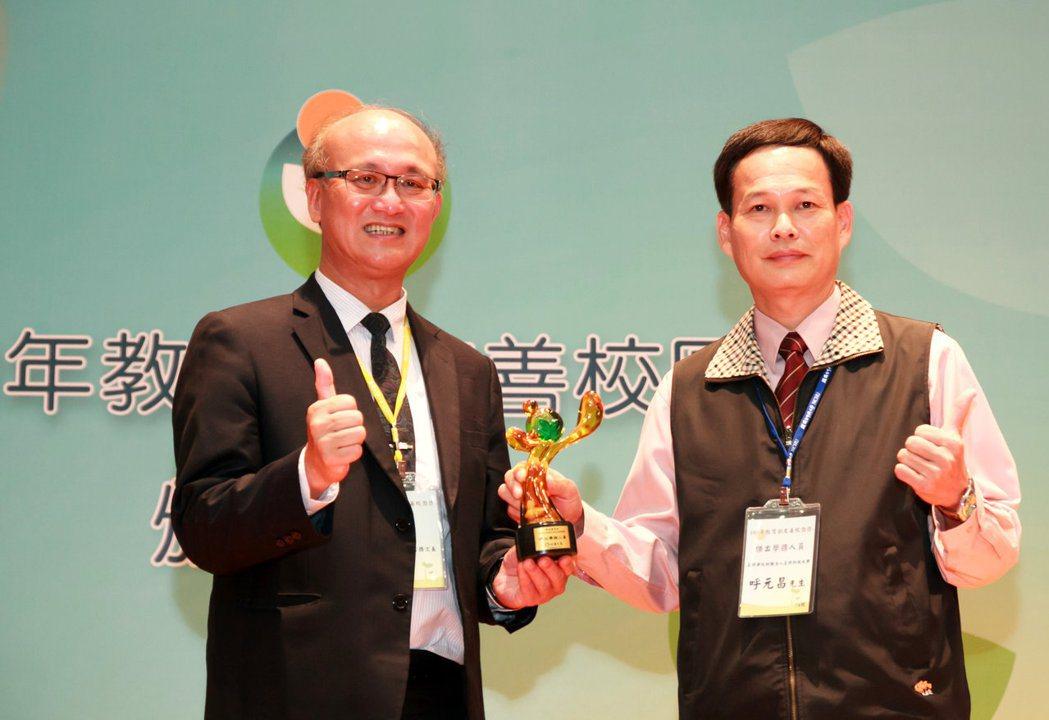 正修科大教官呼元昌(右)獲教育部傑出學務人員獎。 正修科大/提供