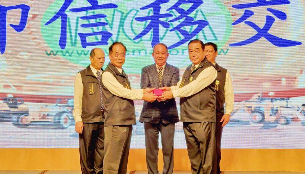 台灣建設機械協會新舊任理事長移交印信,在創會理事長黃輝雄(中)、第10屆常務監事...