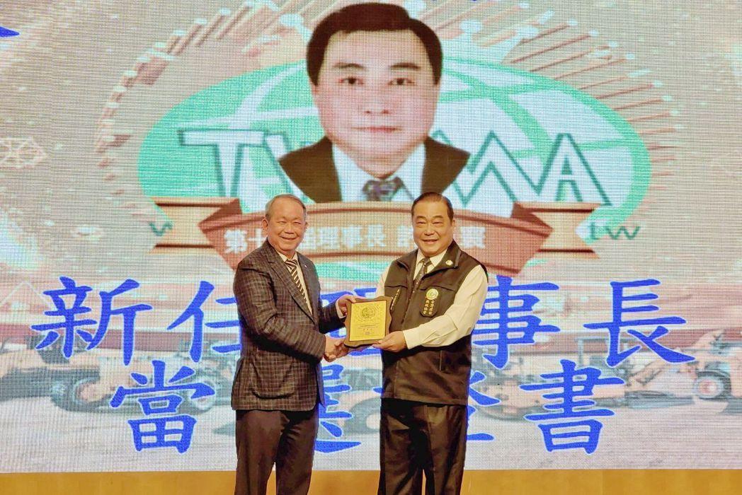 台灣建設機械協會創會理事長黃輝雄(左)頒發當選證書給新任第11屆理事長許振寰(右...
