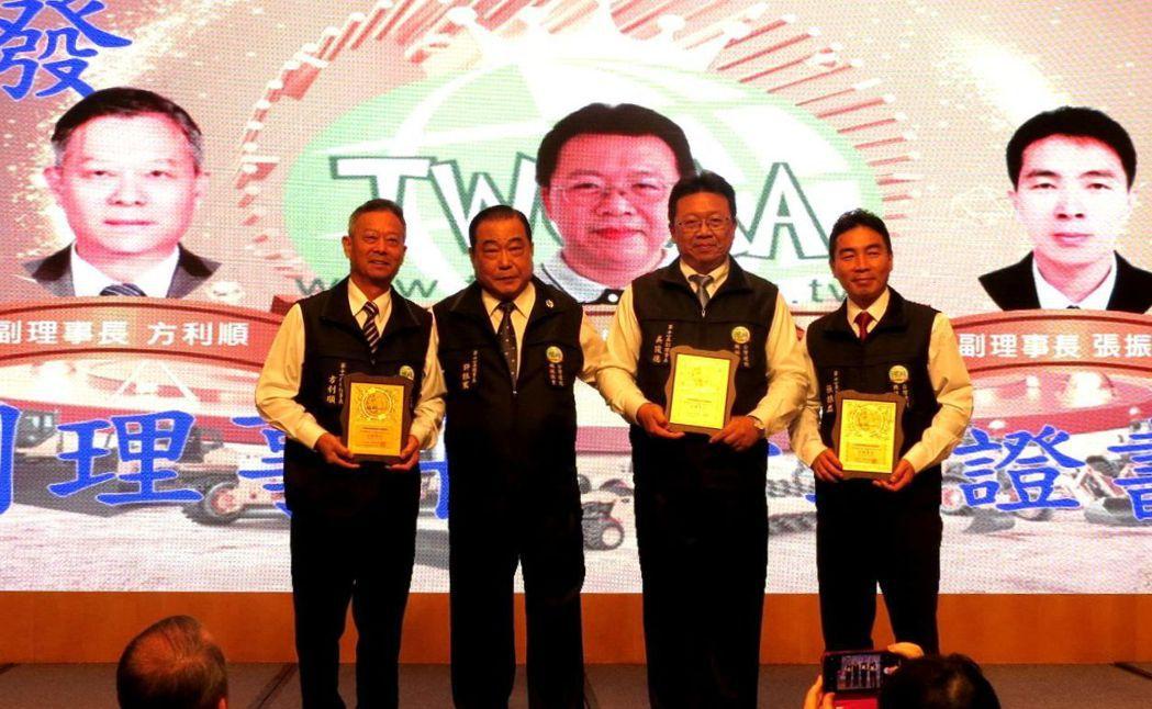 新任的第11屆理事長許振寰(左二)頒發當選證書給三位副理事長方利順(左一)、吳俊...