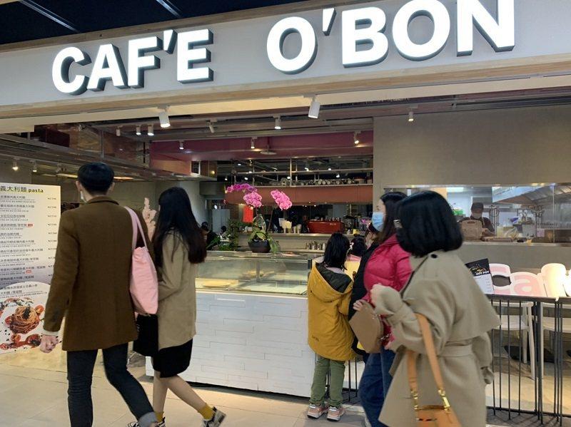 歐棒咖啡位於台中火車站-鐵鹿大街美食街,顯著位置店內設計風格以簡約線條呈現。 蔣...