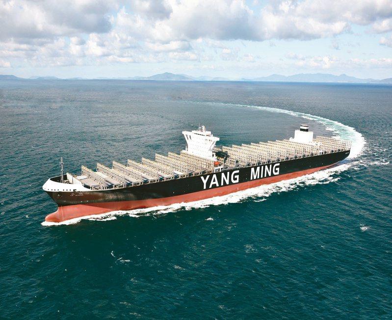 貨櫃海運遠東-北美線價格大好,近洋線也跟著受惠,都呈現大缺櫃。圖為陽明海運貨櫃輪。  本報系資料庫