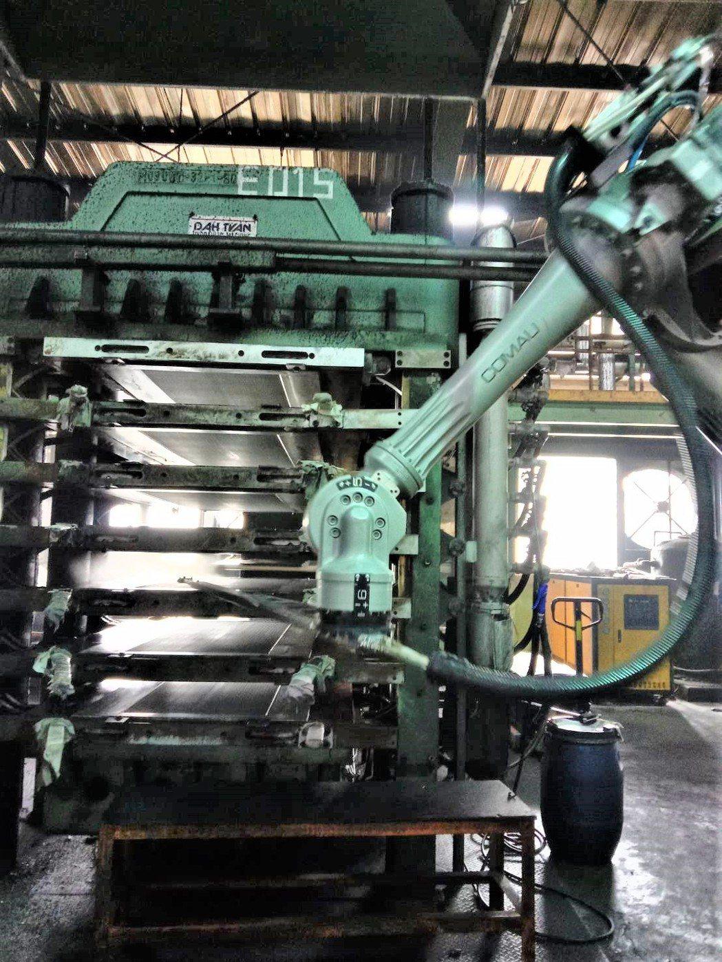 導入機器人自動化進行模具清潔及離型劑噴塗,可避免工安事件發生,提高良率及產能。