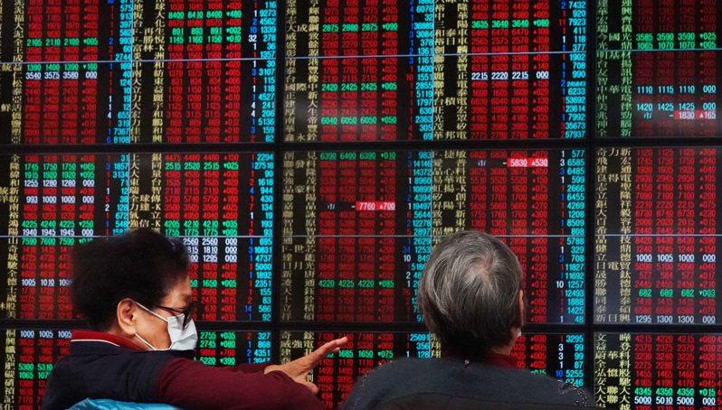 不受疫情影響,台股再創新高,收盤時大漲269點,以15769.98點作收,號子裡投資人緊盯大盤。 記者杜建重/攝影