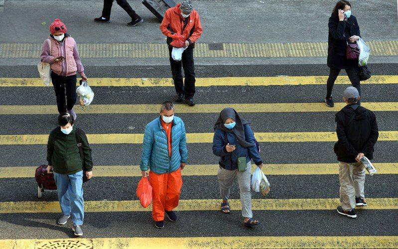 香港今天新增42例2019冠狀病毒疾病(COVID-19,新冠肺炎)確診,均為本土病例,其中11例源頭不明;另有20多例一採陽性個案。一名81歲高齡患者上午病逝,累計死亡病例達161例。 新華社