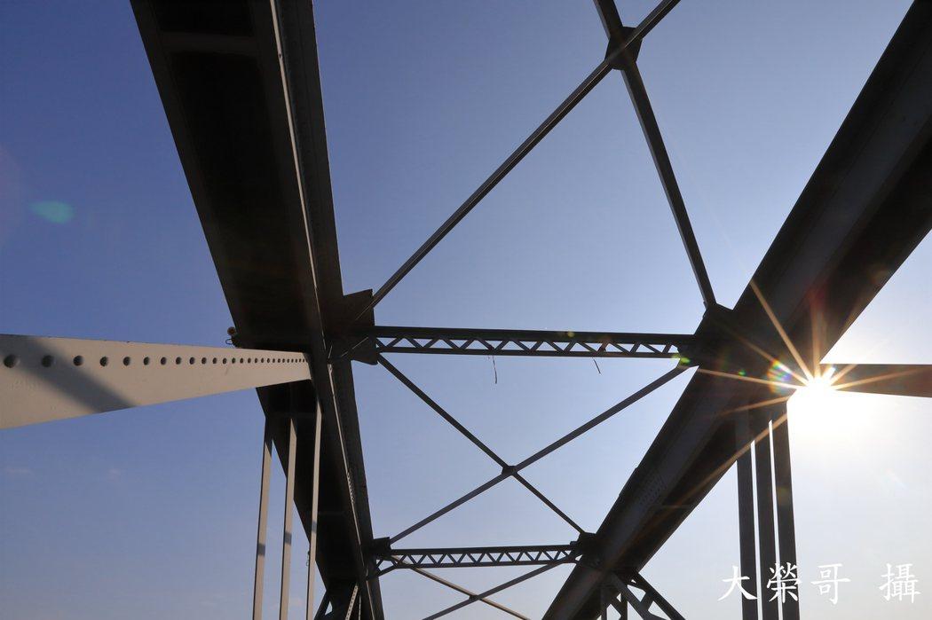 15.虎尾糖廠鐵橋,又被稱作虎尾鐵橋,舊名番薯莊板仔橋,是一座鋼桁架橋、鈑梁橋及工字梁橋混合型式的橋梁,於台灣日治時期興建並於國民政府時代延建,位於台灣雲林縣虎尾鎮,為雲林縣縣定古蹟。目前屬於台灣糖業公司,作為糖業鐵路。