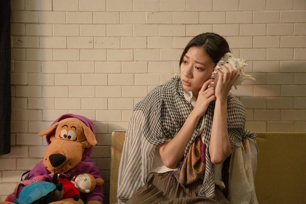 陳妤素顏演出住在地下道的少女。圖/大爽文創提供
