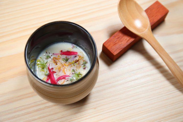 「白花椰菜濃湯」灑有紫蘇花、韭菜花、鼠尾草、炸迷你紅蘿蔔絲等多彩配料,味濃且鮮。...