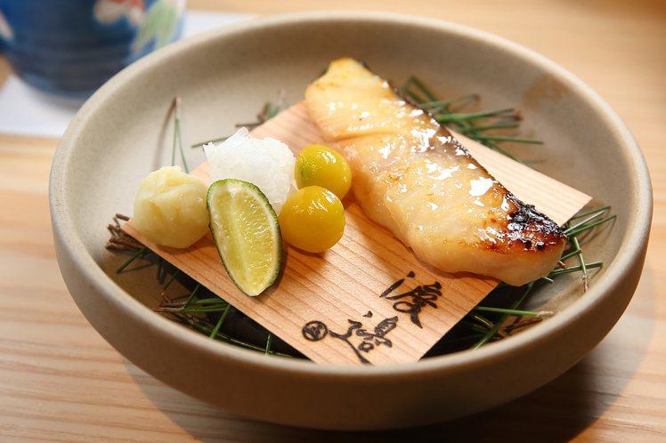 口味甜鹹的「銀鱈西京燒」。記者陳睿中/攝影