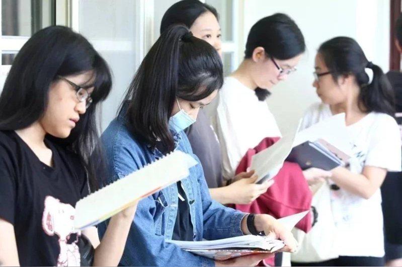 近幾年學測數學鑑別度不穩,去年更有1.4萬人拿下滿級分,創歷史新高,多名教師預期,今年學測數學將是偏難的一年。本報資料照片